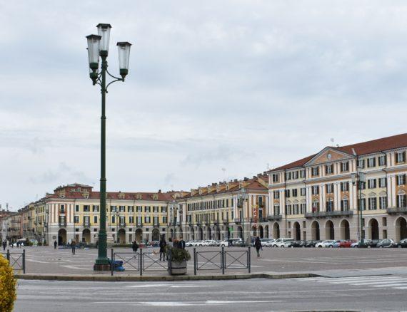 ADRIANO e GIULIA cercano zona Piazza Galimberti, quadrilocale con doppi servizi.